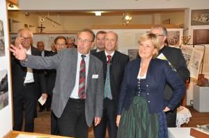 Fritz Krapfenbauer präsentiert den Ehrengästen die Sonderausstellung