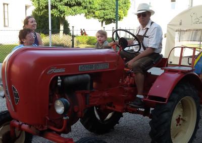 """Traktorfahrten in den Moagraben zum """"Theater in der Kellergasse"""" sowie zu den Absdorfer Kleindenkmälern"""